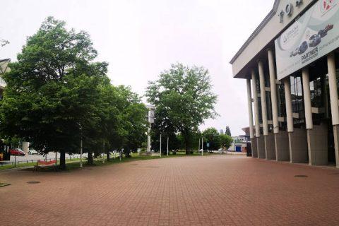 Zdjęcie przedstawiające halę Torwaru oraz teren do zagospodarowania