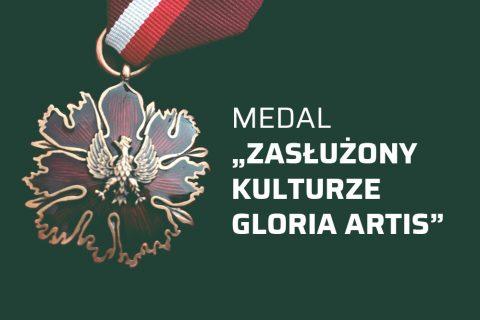 na ciemnozielonym tle fotografia medalu oraz biały napis Medal Zasłużony Kulturze Gloria Artis