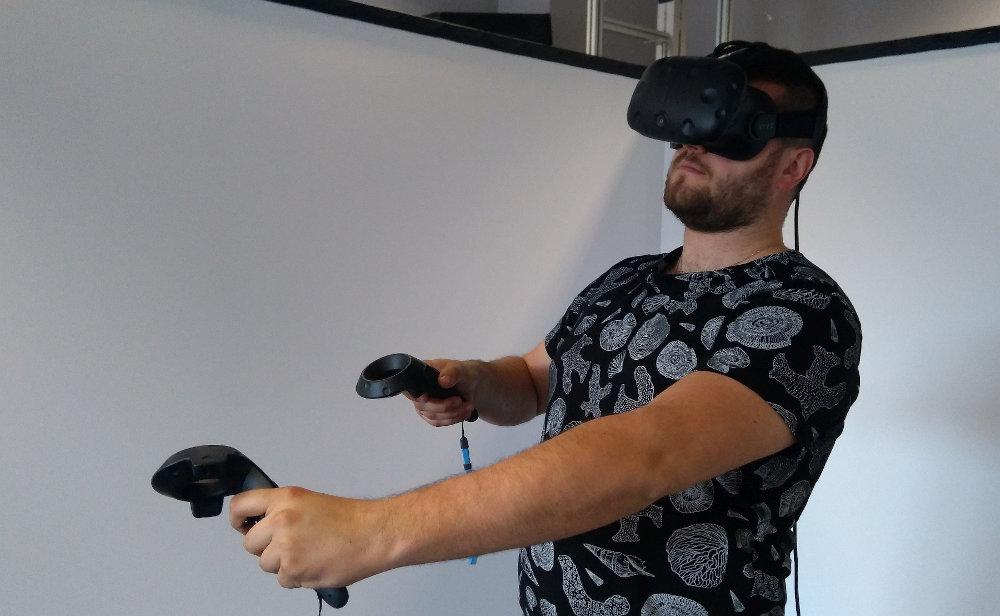 Zdjęcie Bartosza Śliweckiego o okularach wirtualnej rzeczywistości