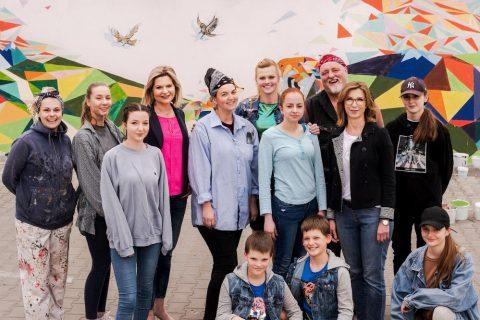 Zdjęcie przedstawiające twórców muralu